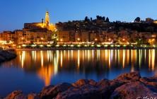 Menton, vue de la vieille ville à la nuit tombante