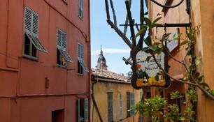 Menton, ruelle de la vieille ville, santonier