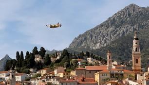 Peur sur la ville : Un canadair, survolant la vieille ville de Menton